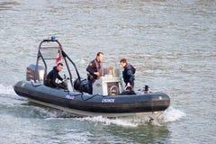 Polizei auf dem Fluss Stockbild