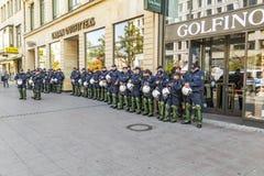 Polizei auf der Bereitschaft, zum am Jahrestag der deutschen Einheit in Franc zu unterstützen Stockfotos
