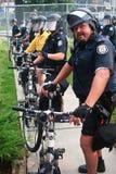 Polizei-ausrichten, zum Protestors G8/G20 des Gipfels zu blocken Stockbild