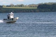 Polizei-Boot auf Wasser Lizenzfreies Stockfoto