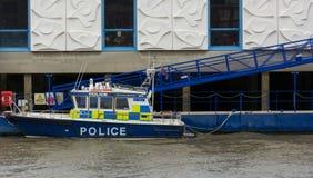 Polizei-Boot am Flussufer Stockfotografie