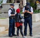 Polizei, die einem Fußgänger hilft Lizenzfreie Stockfotografie