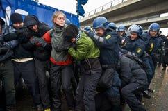 Polizei, die oben eine Kette der Protestierender bricht Stockfotos