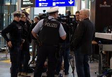 Polizei en el aeropuerto de Francfort Imagenes de archivo