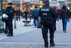 Polizei en Hamburgo Rathausmarkt Fotografía de archivo