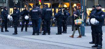 Polizei en Hamburgo Rathausmarkt Imágenes de archivo libres de regalías