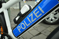 Polizei fährt rad Stockfoto