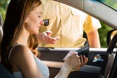 Polizei - Frau in der Verkehrsverletzung, die Karte erhält Lizenzfreie Stockfotos