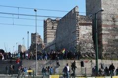 POLIZEI FREIGEGEBENE GAS-BOMBE IN NEWROZ, ISTANBUL. Stockbilder