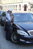 Polizei gibt Geldstrafen heraus lizenzfreies stockbild