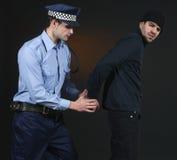 Polizei hält _ Offizier und Dieb fest Lizenzfreie Stockbilder