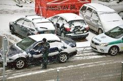 Polizei handelt partol Halt ein Auto Äußeres Fahrzeug des Poliziststands im schlechten Wetter und im Gespräch mit Fahrer, während Lizenzfreies Stockbild