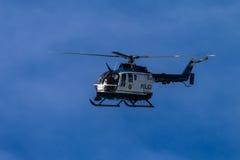 Polizei-Hubschrauber-blauer Himmel Stockbilder