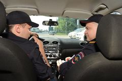 Polizei im Streifenwagen Lizenzfreie Stockfotos