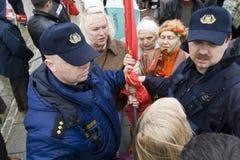 Polizei konfisziert eine verbotene Markierungsfahne von der Sowjetunion Lizenzfreie Stockfotos