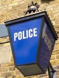 Polizei-Laterne in England außerhalb der Station Lizenzfreies Stockfoto