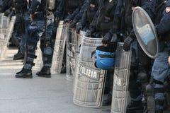 Polizei mit Schildern Stockfotos