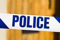 Polizei nimmt über einer offenen Tür auf Band auf Lizenzfreie Stockbilder