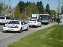 Polizei nimmt auf einen Durchfahrtbus herunter stockfoto