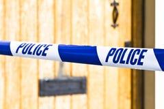 Polizei nimmt aufgereiht über einer Haustür auf Band auf Lizenzfreie Stockfotos