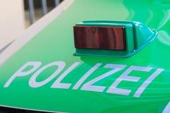 Polizei/polisen undertecknar på en huv Royaltyfri Foto