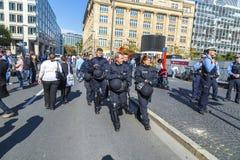 Polizei schützt den deutschen Einheitstag des Ereignisses in Frankfurt Stockfotos