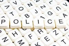 Polizei simst Wortkreuzworträtsel Alphabetbuchstabe blockiert Spielbeschaffenheitshintergrund Weiße alphabetische WürfelBlockschr Lizenzfreie Stockfotos