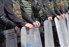 Polizei steht in der Schnur in der Rüstung Stockbild