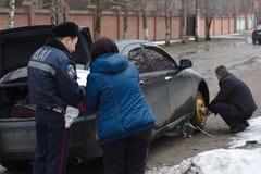 Polizei stellt einen Unfall auf. Stockfotos