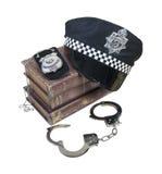 Polizei-und Verbrechen-Bücher mit Polizeimütze, Ausweis und den Handschellen Stockfotos