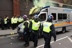 Polizei unter Angriff während eines Aufstands in London Lizenzfreie Stockfotos
