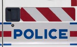 Polizei unterzeichnet auf Polizeiwagen Stockbilder