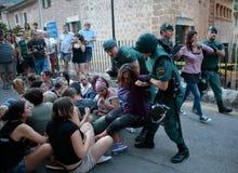 Polizei vertreibt einen Protest gegen einen Stierlauf in Mallorca gewaltsam Stockbild