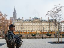 Polizei vigipirate bewaffnete die Offiziere, die Straßburg-Straßen surveilling sind stockfotos