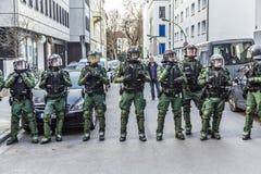 Polizei zahlt Aufmerksamkeit an der Demonstration gegen EZB und Capitalis Lizenzfreie Stockbilder