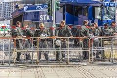 Polizei zahlt Aufmerksamkeit an der Demonstration gegen EZB und Capitalis Stockbilder
