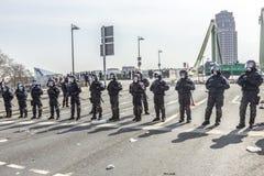 Polizei zahlt Aufmerksamkeit für die Leute, die gegen EZB und C demonstrieren Lizenzfreie Stockfotos