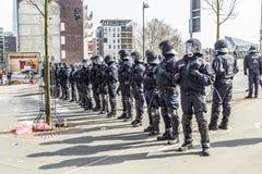Polizei zahlt Aufmerksamkeit für die Leute, die gegen EZB und C demonstrieren Lizenzfreie Stockbilder