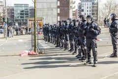 Polizei zahlt Aufmerksamkeit für die Leute, die gegen EZB und C demonstrieren Stockbilder