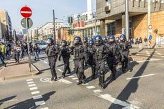 Polizei zahlt Aufmerksamkeit für die Leute, die gegen EZB und C demonstrieren Stockfotos