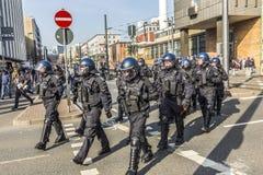 Polizei zahlt Aufmerksamkeit für die Leute, die gegen EZB und C demonstrieren Lizenzfreie Stockfotografie