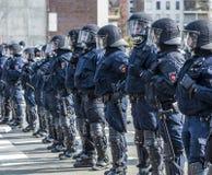 Polizei zahlt Aufmerksamkeit für die Leute, die gegen EZB und C demonstrieren Stockfotografie