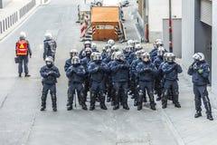 Polizei zahlt Aufmerksamkeit für die Leute, die gegen EZB und C demonstrieren Lizenzfreies Stockfoto