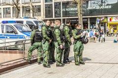 Polizei zahlt Aufmerksamkeit für Leute demonstriert gegen EZB und Kappe Lizenzfreie Stockfotos