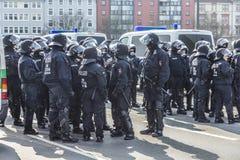 Polizei zahlt Aufmerksamkeit für Leute demonstriert gegen EZB und Kappe Lizenzfreies Stockbild