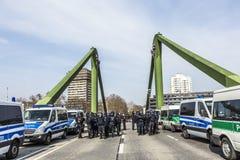 Polizei zahlt Aufmerksamkeit für Leute demonstriert gegen EZB und Kappe Stockbild