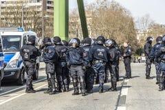 Polizei zahlt Aufmerksamkeit für Leute demonstriert gegen EZB und Kappe Lizenzfreie Stockfotografie