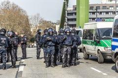 Polizei zahlt Aufmerksamkeit für Leute demonstriert gegen EZB und Kappe Stockfotos