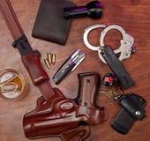 Polizeiausrüstung auf einer Tabelle Stockfotografie