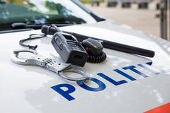 Polizeiausrüstung auf einem niederländischen Polizeiwagen Stockbild